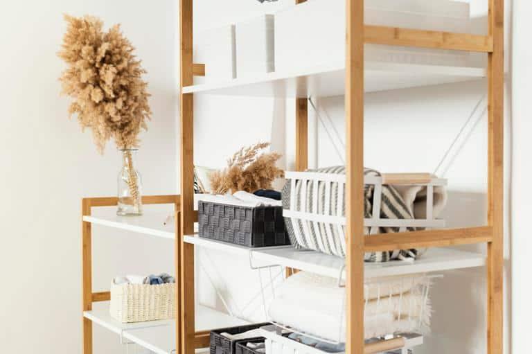 Gunakan lemari minimalis,  Cara Menata Barang di Rumah Sempit