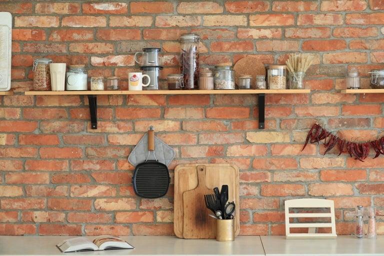 gantungkan perabotan di dinding, Cara Menata Barang di Rumah Sempit
