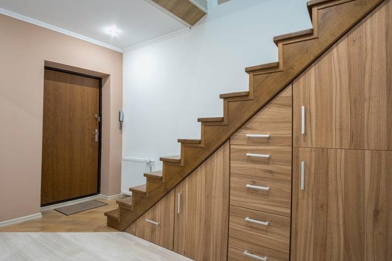gunakan ruang kosong di bawah tangga,  Cara Menata Barang di Rumah Sempit