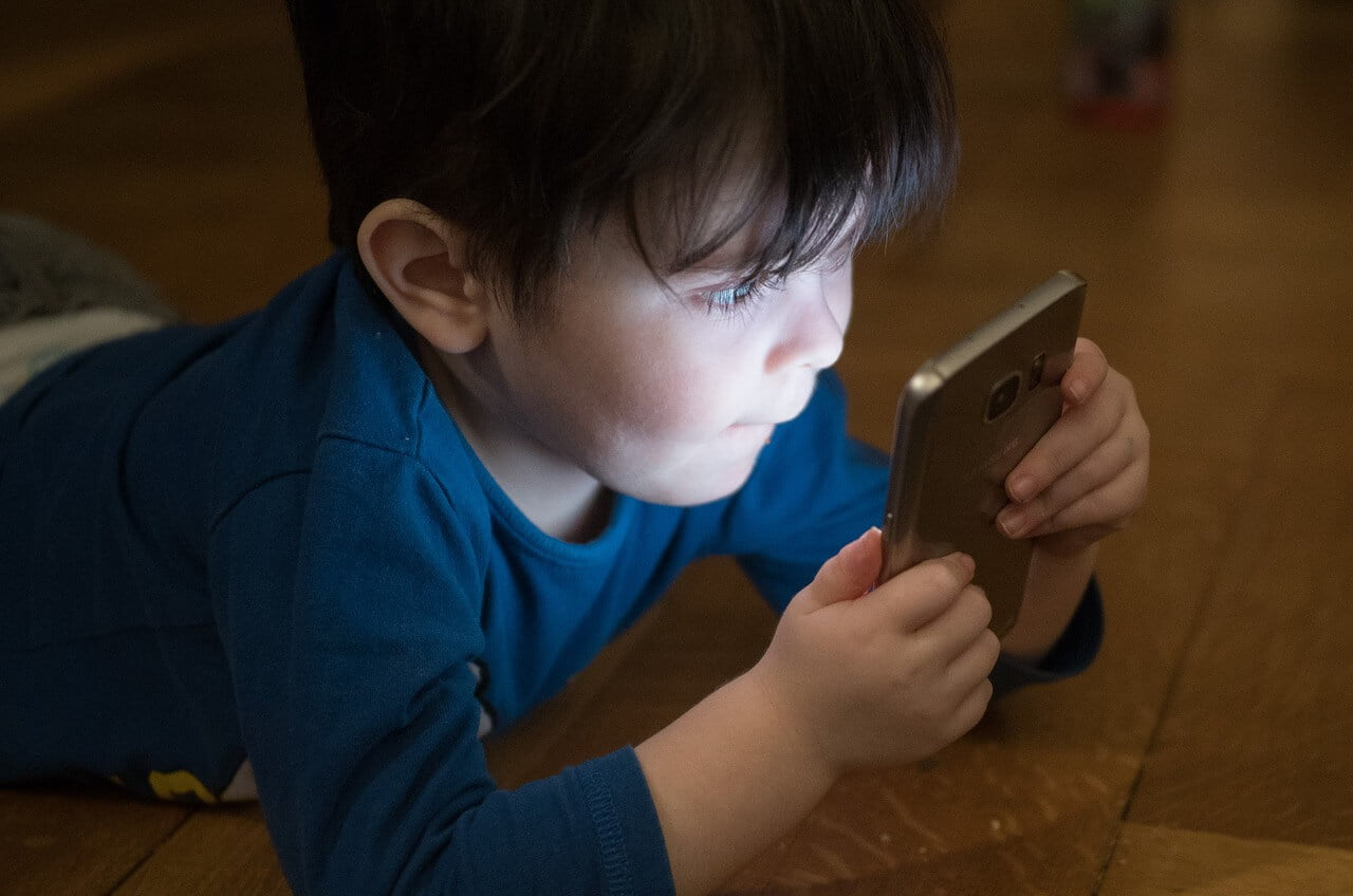 anak yang bermain smartphone, pada pembahasan ayah hebat